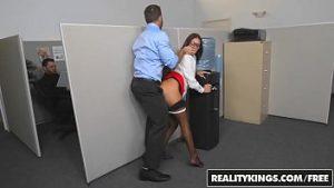 Sexe tiré dans le bureau entre les employés pervers