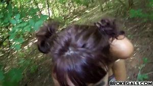 La dernière fille du village non peuplée imaginée dans la forêt par un berger
