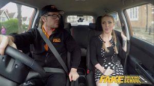 Amica la recommande à un instructeur automobile qui s'intègre bien dans la voiture