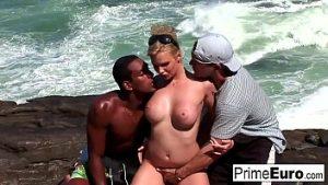 Salvamari baise après qu'elle l'a sauvée de la mer sauvage