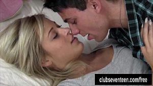 Blonde aux yeux bleus fait un film porno avec son petit ami