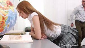 Elle aimait et souriait entre le professeur et la petite fille