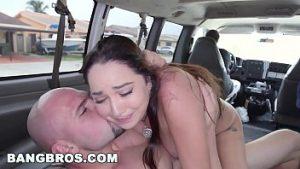 Le vrai porno à gros seins se fait baiser dans la voiture