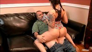 Le sperme du vagin pendant la pénétration avec le beau-père
