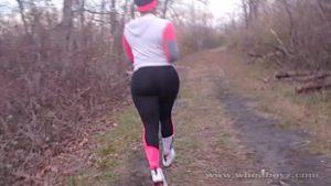 Jogging dans les bois dans la forêt se termine rapidement avec la finition