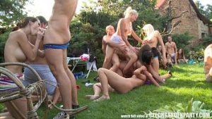 Fête à la villa avec piscine et groupe de 300 personnes