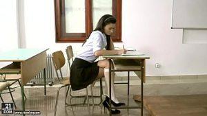 Petite fille douce régulière dans la salle de classe de l'ami étudiant