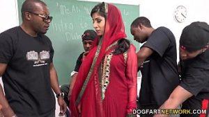 Le protégé arabe a pénétré sur la chaise des étudiants noirs