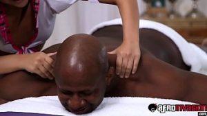 L'énorme masseuse irrésistible sent le musclé noir avec un gros pénis