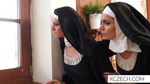 Suivie de gros libidos, les religieuses se masturbent dans la chapelle