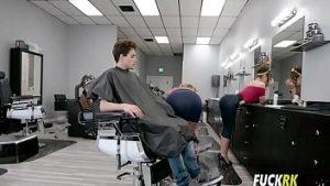 Sa femme de coiffure et amant viril baisée par d'anciens barbiers pornstar