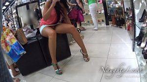 Lance des culottes et reste vide dans le centre commercial à la joie des hommes