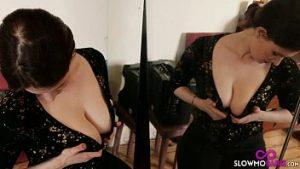La soeur de 18 ans a de grands seins gros et espiègles