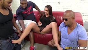 Freque pénis avec les jambes pour trois hommes et la masturbation dure
