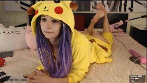 Pikachu costume sur le beau visage a pénétré dans le fundulet