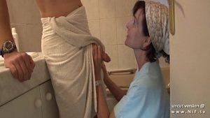 Une serviette fermée sur la bite gonflée excite ma mère à la ménopause
