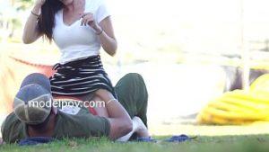 Anca est la fille modèle et elle se fait toucher dans la chatte dans un parc bondé