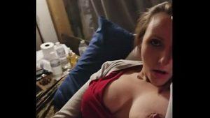 La femme travaille à la bibliothèque et a des relations sexuelles avec un étudiant éminent