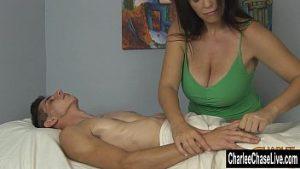 La masseuse de soie mature obtient la bite pour frotter la bite