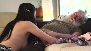 En vacances à grand-père est excité mal et inceste inceste non protégé