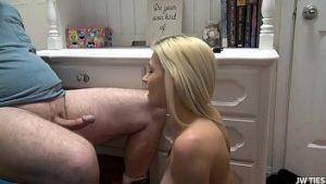 Lié à la chaise et baisée par Nymphomana blonde quand il a envie