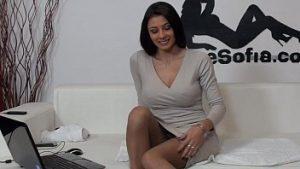 La fille de luxe dans la robe élégante se masturbe dans sa chatte et le cul
